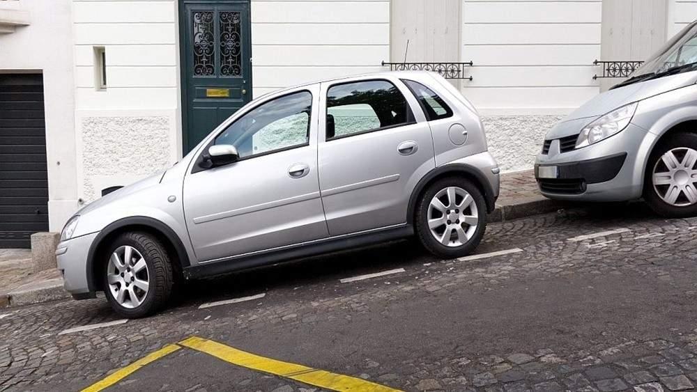 đỗ xe ô tô an toàn trên đường dốc